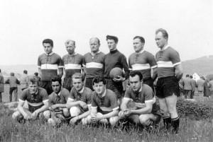 Und das war die Mannschaft, die sich 1961/62 die Meisterschaft in der 2. Amateurliga holte. ( v.l.n.r. ) Anton Kreuz, Herbert Schnelbögl, Georg Schönwald, Josef Sperber, Hans Bauer, Dieter Wilde, ( kniend ) Gerhard Schnelbögl, Paul Klaußner, Hans Kail, Wolfgang Pfister, Manfred Strobel.